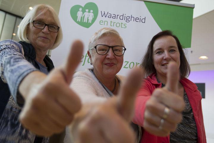 bezoekers congres clientenraden steken duim op