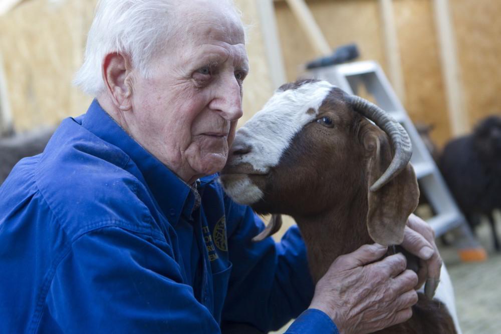 Meneer Van Os van Pennemes met een geit