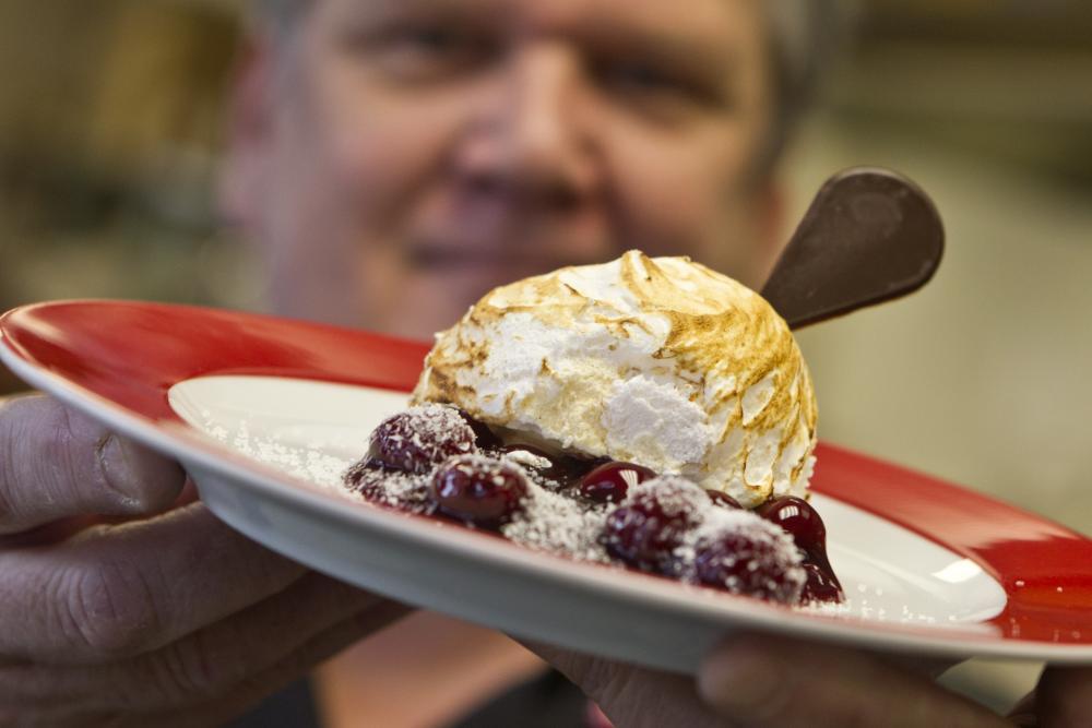 Kok van Het parkhuis presenteert dessert