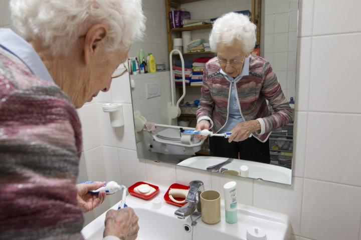 Mevrouw Molhoek-Huijskens ontvangt zorg thuis van Vitaal Thuis via Novicare