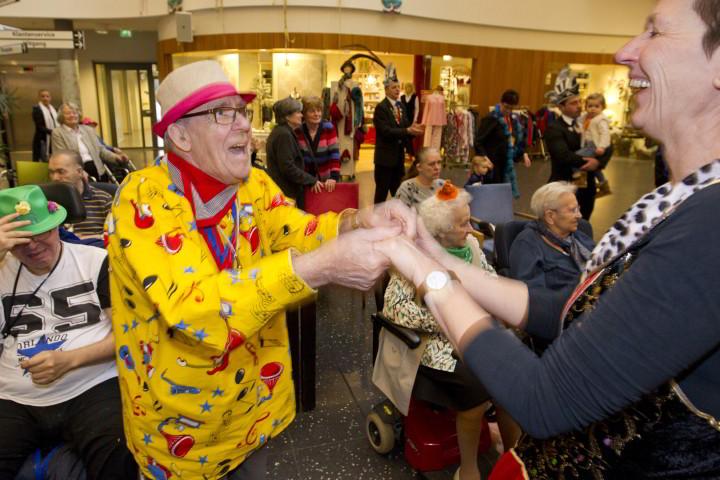 Bewoner van Vitalis Wissehaege viert carnaval