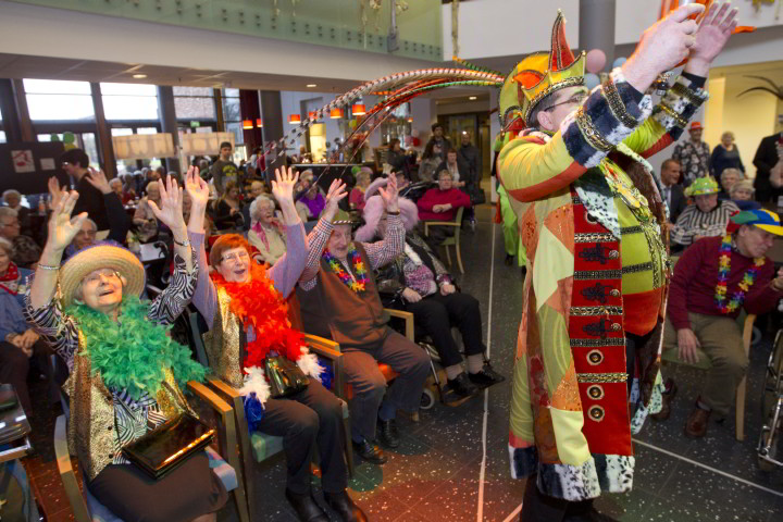 Bewoners van Vitalis Wissehaege in Eindhoven vieren carnaval