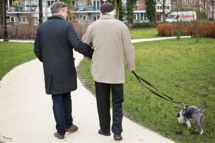 Cliënt van Amsta wandelt met familie
