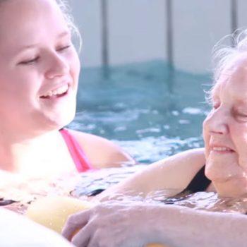 Afbeelding bij 'Zwementie: ouderen met dementie zwemmen samen met studenten'
