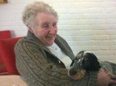Afbeelding bij 'Hond Minou op visite in het verpleeghuis'
