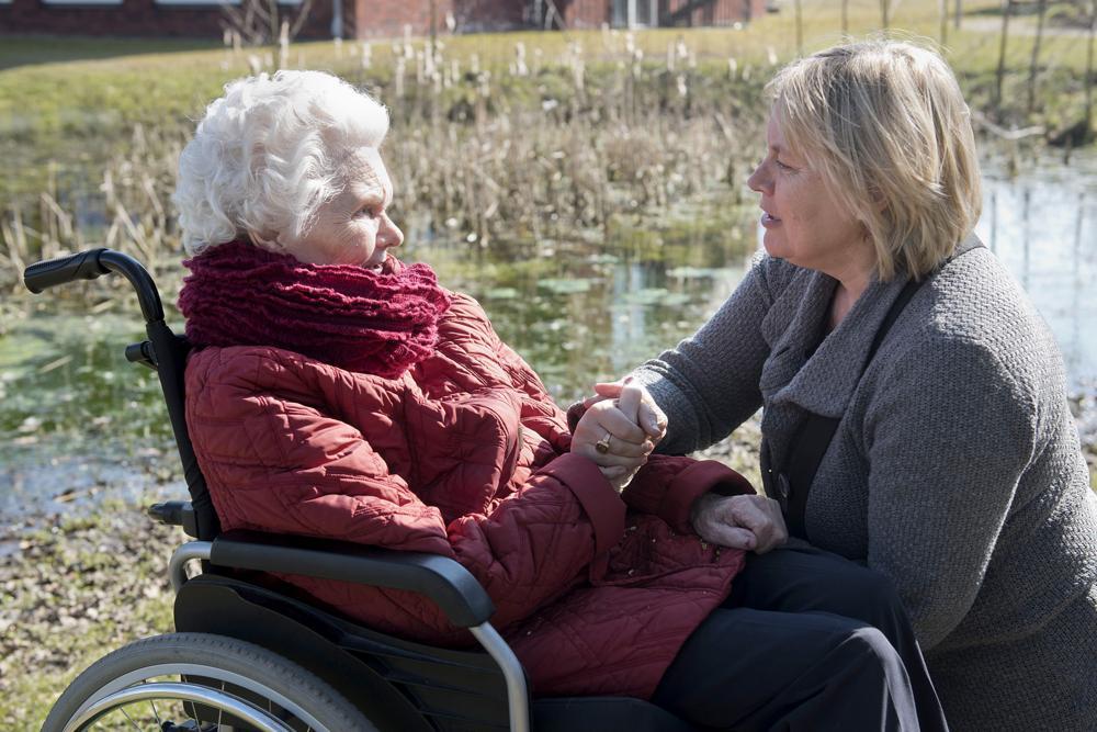 Oudere vrouw in dialoog met mantelzorger met behulp van theater aangeleerd