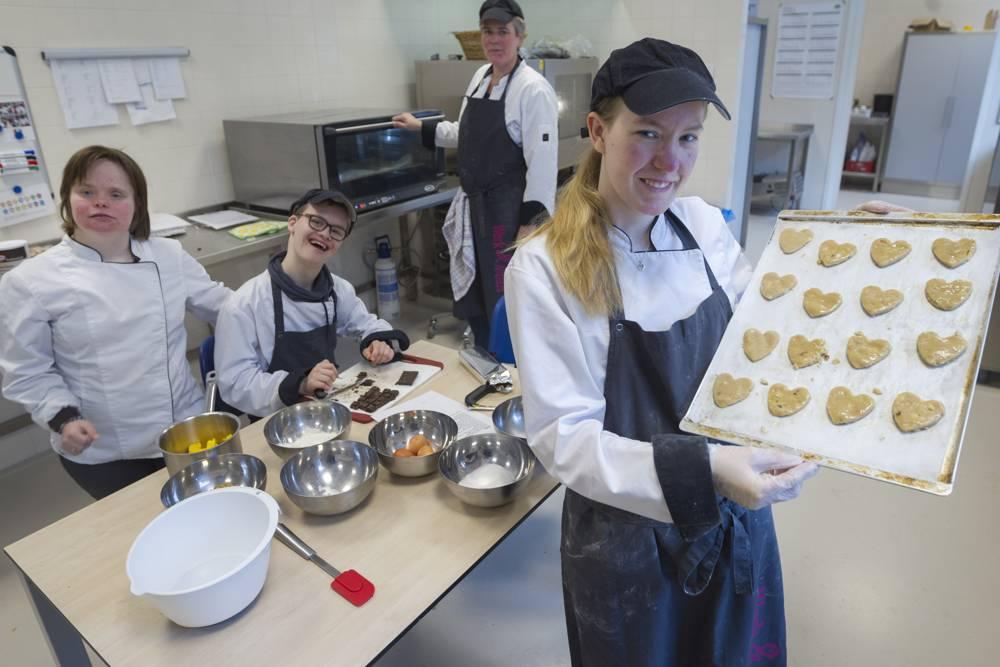 Hart van Vathorst - keukenpersoneel toont zelfgebakken koekjes