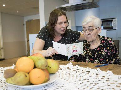 Afbeelding bij 'Bewoners verpleeghuis Lindendael (Omring) sturen kaarten naar geliefden'