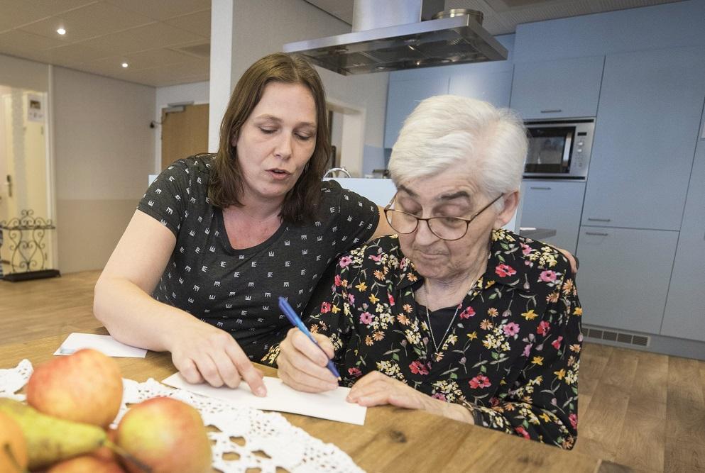 Kathleen Mol stuurt samen met een bewoner een kaart