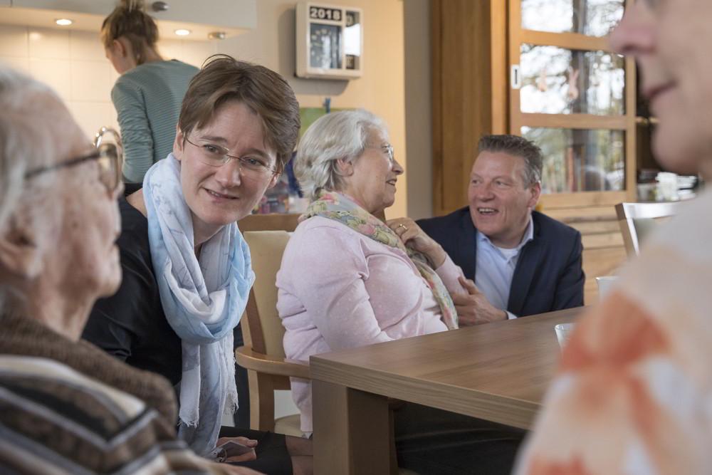 Linda en Bram de Haan in gesprek met bewoners