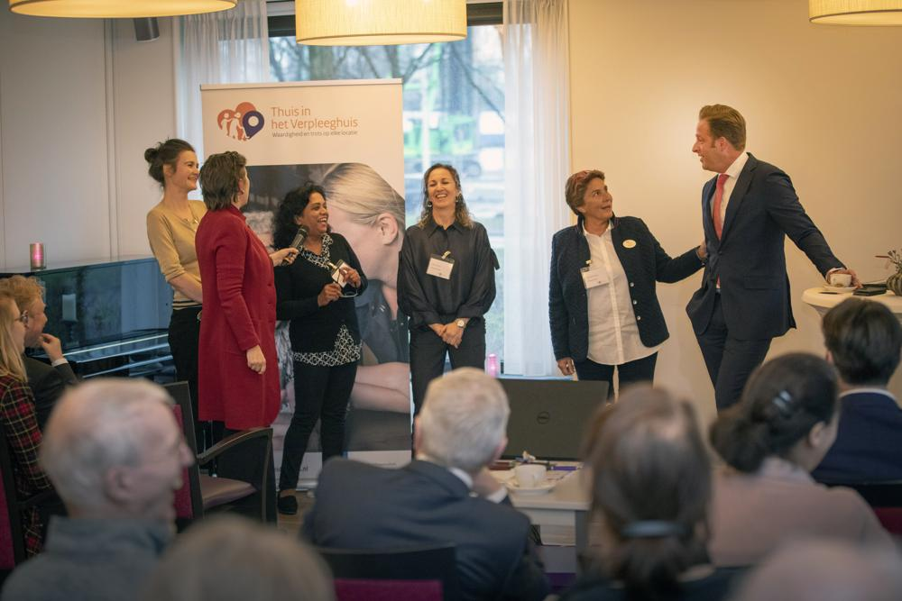 Minister Hugo de Jonge in gesprek met medewerkers Brentano
