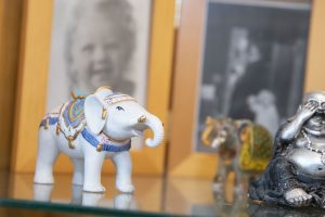 Porselein olifantje en fotolijst