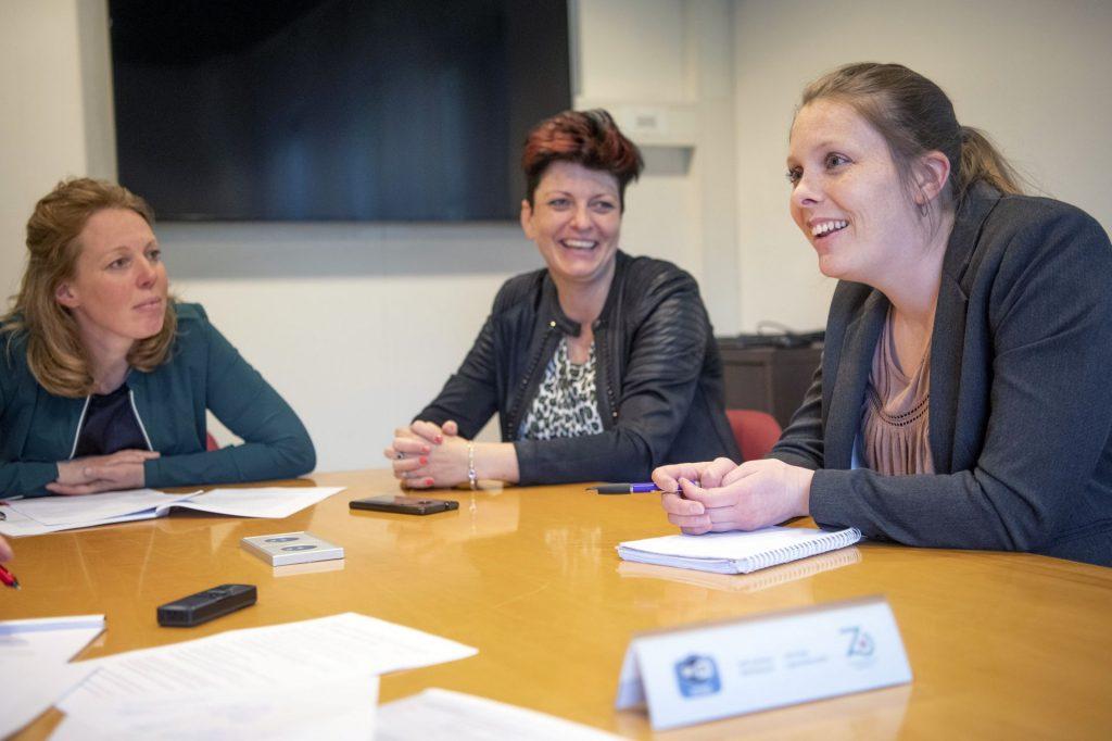 Drie vrouwen aan tafel