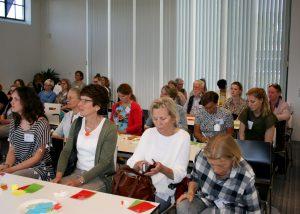 Deelnemers van een bijeenkomst aan tafels