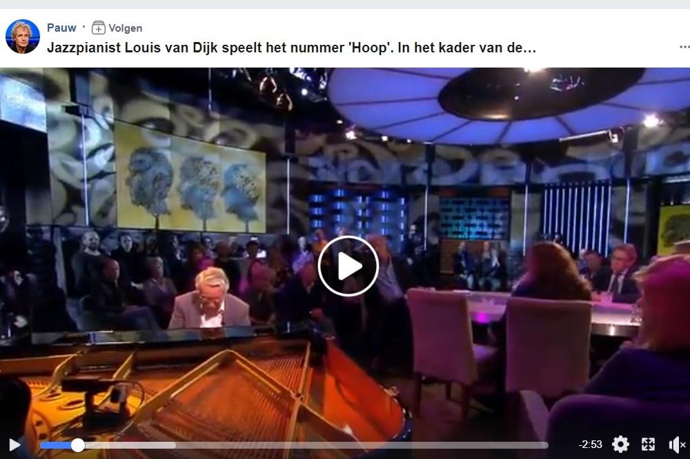 Oudere man in studio met publiek speelt piano