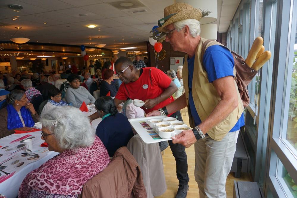 vrijwilliger michel tijdens langste eettafel