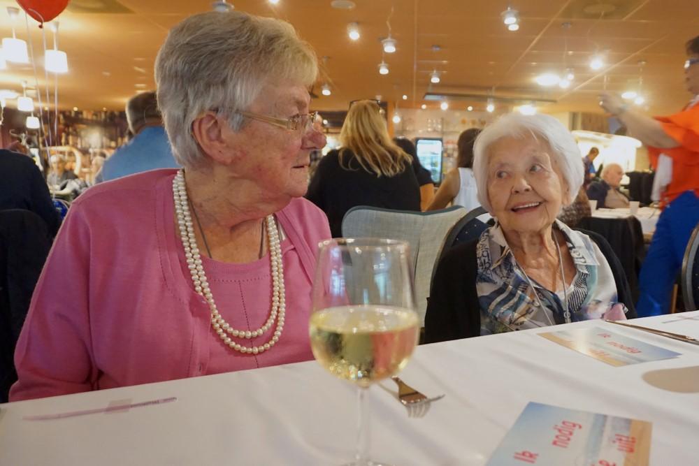 mw Berlfroid en Maring tijdens langste eettafel