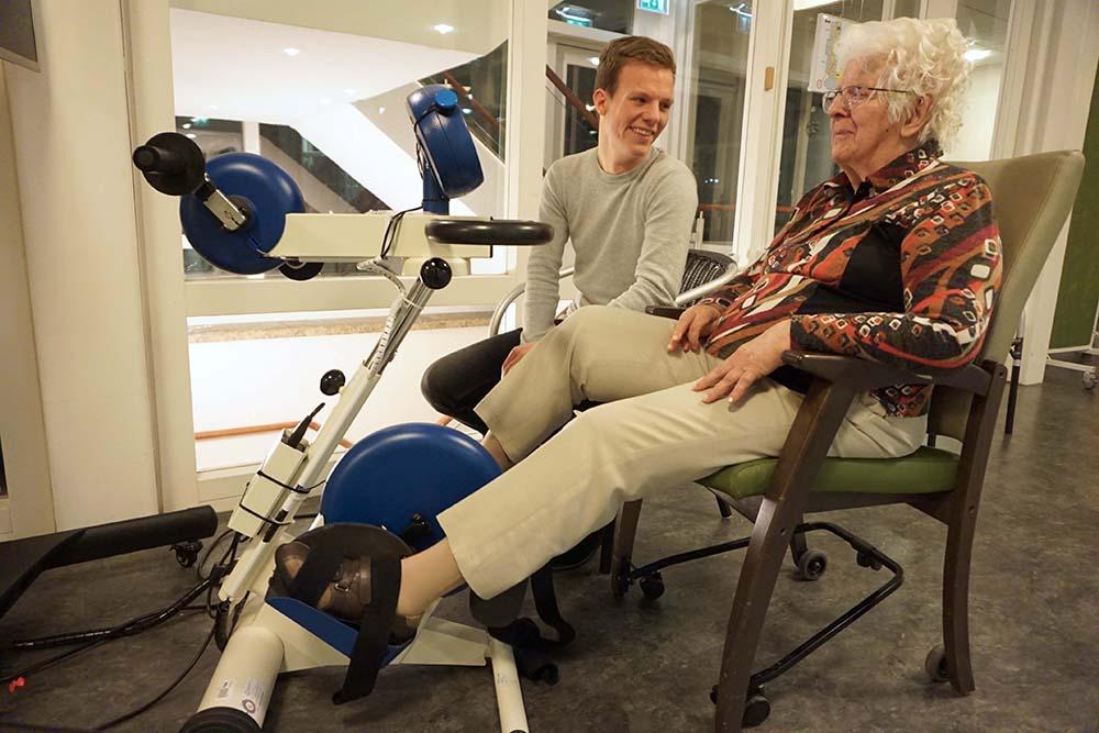 Sfeermaker Joost fietst met bewoner