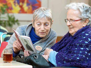 Afbeelding bij 'Voorlezen, ook goed voor ouderen'