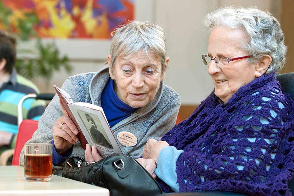vrijwilligers-lezen-bewoners