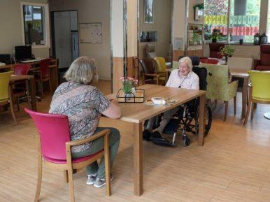 Afbeelding bij 'Bezoek in verpleeghuizen: uitdaging én emotioneel weerzien'
