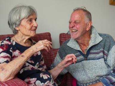 Afbeelding bij 'Portret: Joop Stam (77) kan weer op bezoek bij zijn vrouw Lots (79)'