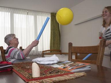 Afbeelding bij 'Beweegwaaier: tips om te bewegen met ouderen met dementie'
