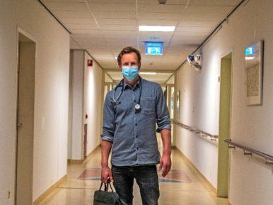 Afbeelding bij 'Epke Zonderland als arts in verpleeghuis: 'Blij verrast hoe leuk ik het vo..'
